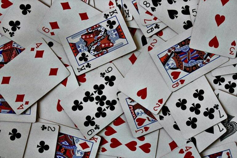 Loma taittuu mukavasti korttipelien parissa